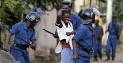 Des policiers burundais s'acharnent sur un enfant
